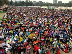 00000018.20150208_愛媛マラソンスタート前群集